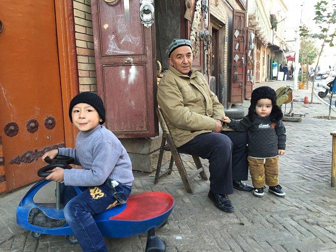 Zatímco ještě před deseti lety bylo město skoro výhradně ujgurské, teď tvoří Chanové, etničtí Číňané, třetinu obyvatel. Obě skupiny si udržují odstup. Nežijí společně, ale vedle sebe.