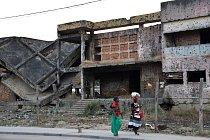 """Ve městě Kuito vcentrální Angole stále stojí domy hrůzy, díky kterým si vysloužilo přezdívku """"africké Sarajevo"""". Vroce 1993 a 1998 čelilo několikaměsíčnímu obléhání."""