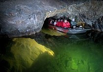 Vodní plavba na říčce Punkvě patří k tomu nejlepšímu, co jeskyně nabízí.