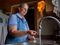 Z kohoutku Sherry Vargsonové se sykotem uniká tolik metanu, že ho může zapálit jako na sporáku. Říká, že kontaminace začala poté, co Chesapeake Energy vrtala na její farmě v Pensylvánii. Společnost po
