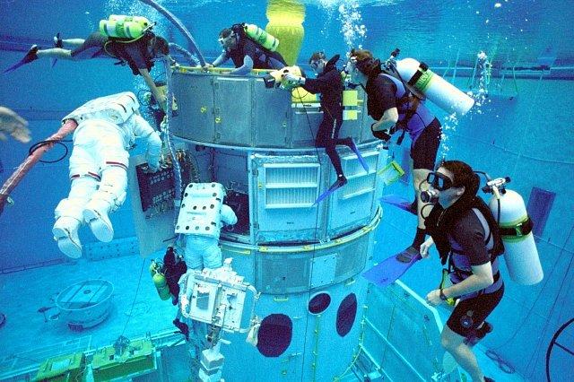 Kosmonauti trénují obsluhu HST v obrovské nádrží naplněnou vodou. Pohyb v ní je podobný stavu beztíže. Kosmonauti nosí speciální oblek a trénují pobyt a práci za extrémních teplotních výkyvů dlouho př