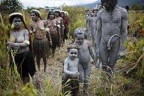 Papuánští domorodí tanečníci nacvičují své vystoupení.