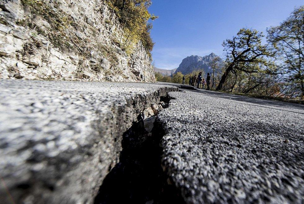 Střední Itálii zužují od konce října stále silnější zemětřesení, která mají devastující následky. V řadě měst se zřítily budovy a zraněny byly desítky lidí. Odborníci se obávají, zda vzhledem k ničivým otřesům půdy během srpna nejde o dominový efekt.