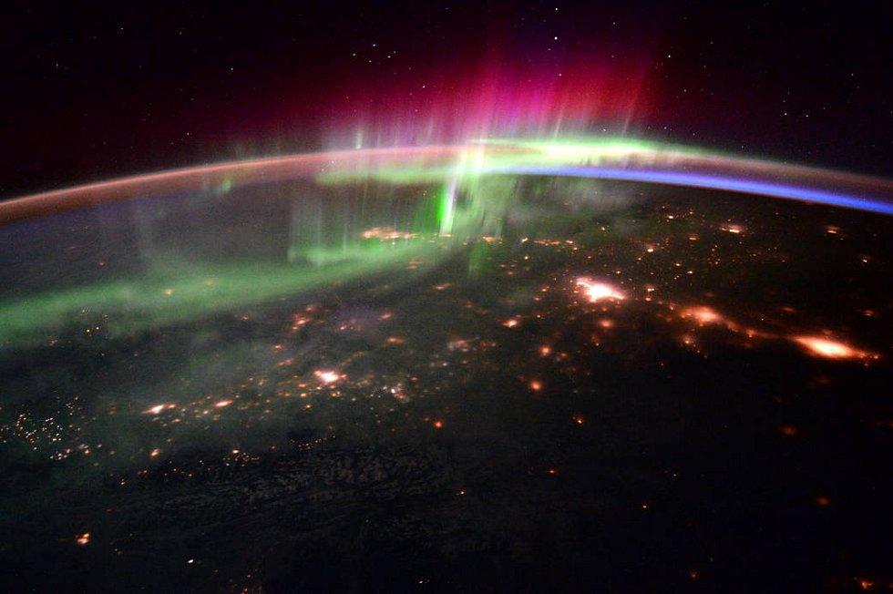 Astronauti Scott Kelly (NASA) a Tim Peake (ESA) zachytili z Mezinárodní vesmírné stanice kouzlo polární záře. Ta vzniká interakcí části slunečního větru, magnetického pole Země a zemské atmosféry.