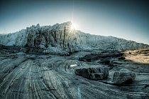 Východ slunce nad Russelovým ledovcem a řekou Akuliarusiarsuup Kuua. Přestože to není na první pohled zřejmé, toto místo je velmi nebezpečné. Díky pohybu ledovce a nestabilitě jeho čela mohou často ve