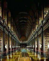 Knihovnu Trinity College v irském Dublinu, založenou v roce 1592, navštíví milion lidí ročně. Hlavní zájem budí proslulý středověký text The Book of Kells, umístěný v Long Room (Dlouhý sál), kde je uloženo 200 000 nejstarších knih, o něž knihovna pečuje