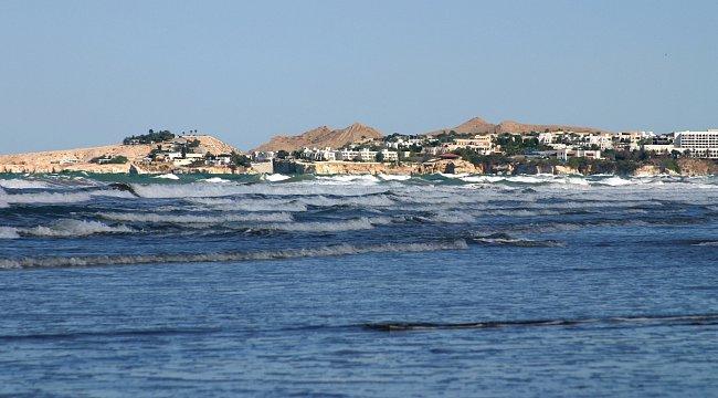 Kromě pláží a koupání nabízí Omán přírodní bohatství v podobě vysokých hor i fascinujících písečných dun, které zdobí pouštní oázy.