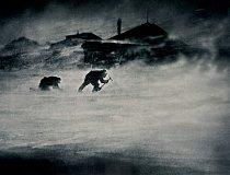 Dva muži v silném větru dobývají led na pitnou vodu. Tato každodenní namáhavá činnost byla nezbytná pro přežití účastníků tříleté australské vědecké expedice do Antarktidy v letech 1911-1914.