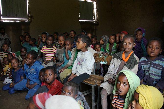 Učitelé dětem z předškolky říkají, že když se budou dobře učit, budou pak stejně jako velké děti chodit do nové vybavené školy.