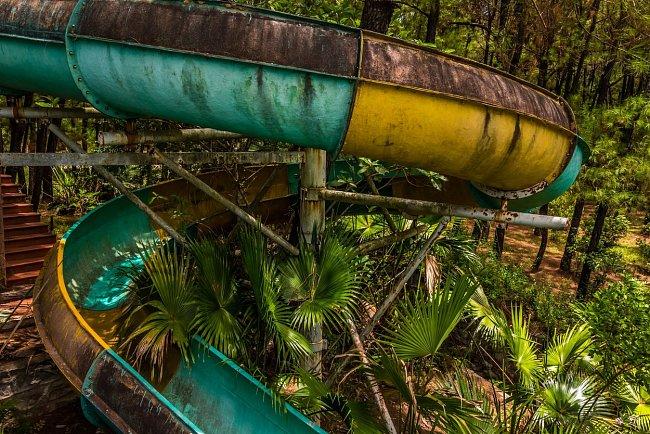 Džungle už téměř skryla skluzavky vodního světa.