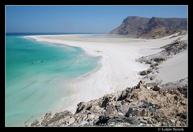 Západní pobřeží Sokotry s lagunou Detwah v pozadí.