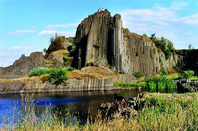 Kamenné varhany Panenské skály vznikly rozpukáním chladnoucí čedičové lávy.