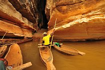 Pirogou se dostáváme do skrytých jeskyní Tsingy.
