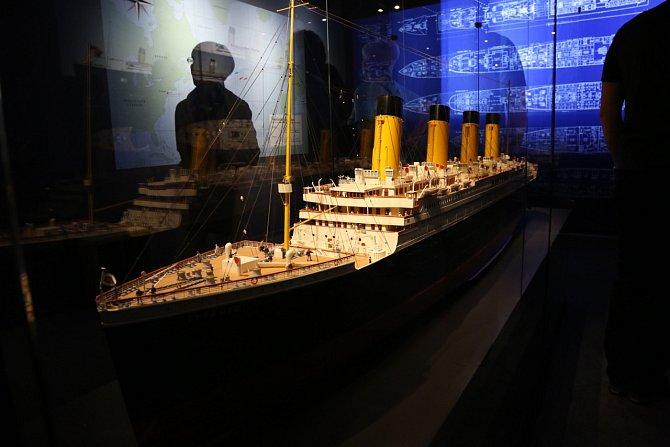 Titanic byl ve své době největší osobní parník světa. Ztroskotal ve vodách Atlantiku již během své první plavby dne 15. dubna 1912. Zahynulo na něm přes 1500 osob.