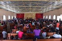 Ztohoto evangelického kostela nedaleko centra města Kuito se ozývá zpěv celé dopoledne. Nedělní bohoslužba je velkou společenskou událostí. Je to příležitost obléct si nejlepší kousky zšatníku i popovídat si se známými.