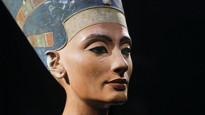 Světoznámá busta krásky Nefertiti byla objevena před 100 lety