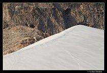 Vrchol duny v porovnání s člověkem (vlevo dole).