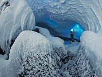 Uvnitř ledových jeskyní zamrzá teplý a vlhký sopečný vzduch do podoby ledových krystalů, které rostou do rozličných tvarů podle toho, jak se vzdušné proudy pohybují. Zde člen týmu prozkoumává průchody