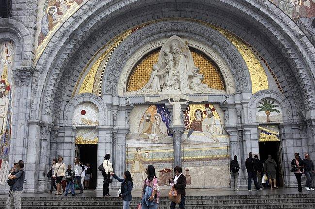 Růžencová bazilika překvapivě městu nedominuje, ale sedí v údolí, téměř schovaná před zraky zvědavců.