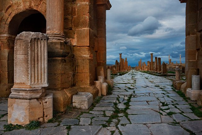 Timgad, Alžírsko  Římané vnutili svůj smysl pro pořádek obyvatelům celé říše. Město Thamugadi bylo vybudováno na pravidelném půdorysu a jeho součástí bylo tržiště (uprostřed), slavnostní brány, více n