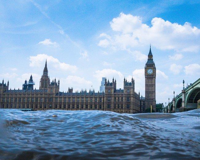 Při návštěvě Londýna řeku Temži nelze přehlédnout. Protéká celým městem a na jejích březích je mnoho pamětihodností, a proto po řece neustále plují výletní lodě.