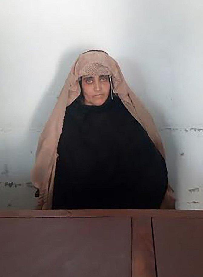 Zatčená Sharbat Gula (44)