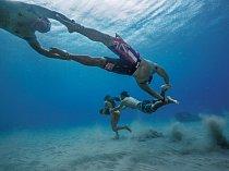 Ha'a Keaulanová se při výcviku záchranářů připravuje najedno znejhorších rizik vsurfingu, když ji vlna smete azadrží pod vodou. Proto běhá podně oceánu svelkým kamenem atáhne zasebou své přátele. Tuto výcvikovou techniku zavedl její otec Brian.