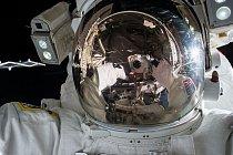 Selfie se dá fotit i ve vesmíru, NASA astronaut Kjell Lindgren je toho důkazem.