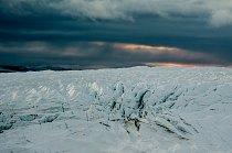 Mnoho lidí se domnívá, že ledovec je velký a kompaktní kus ledu. Ve skutečnosti je to velmi členitá struktura plná nebezpečných trhlin vodních koryt i ledovcových jeskyní, které v době tání odvádí vod