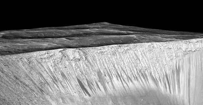 Voda je znamením života. Dá se tedy předpokládat, že pod povrchem existuje život vmikrobiálním stavu.