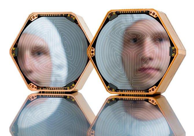 Vbezprašné místnosti na Stanfordově univerzitě kontroluje výzkumný asistent John Mark Kreikebaum křemíkové disky, které by jednoho dne mohly zaznamenat nepatrný energetický signál částic temné hmoty. Ty jsou považovány za všudypřítomné.