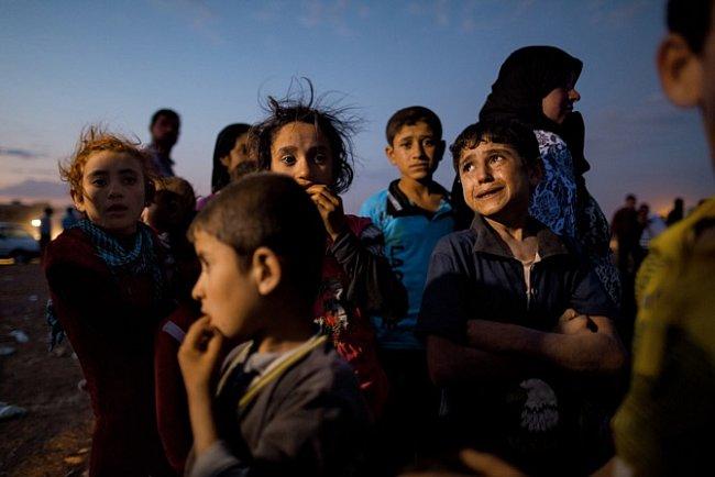 Pětiletý Ahmad se rozplakal, když se konečně dostal se svou rodinou bezpečně do Turecka. Ve třech dnech vykonalo tuto traumatizující cestu na 150000 Kurdů. Překračovali turecké hranice na mnoha místech.