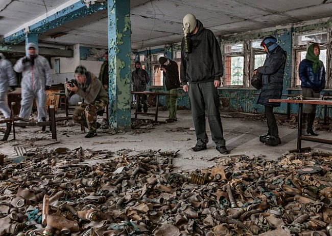 Místnost s rozházenými plynovými maskami, běžnými v sovětských školách, je oblíbeným místem prohlídkové trasy. Jeden z turistů si přinesl masku, aby si ji nasadil kvůli fotografování.