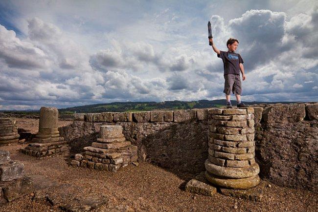 Corbridge byla zpočátku pevnost, později se z ní stala civilní osada, která pomáhala zásobovat vojáky sloužící na Hadrianově valu. Pozůstatky slavného římského opevnění dnes využívá jako hřiště osmile