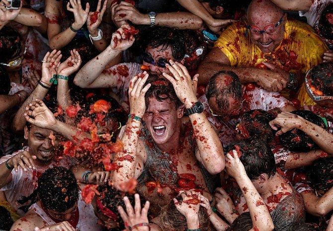 Přes 20 000 lidí se pustilo se ve vesničce Buňol nedaleko španělské Valencie do pouliční bitvy. Municí nebyly zbraně, ale shnilá rajčata. Vzduchem jich proletělo 160 tun. Místní se na každoroční slavnost La Tomatina připravili a obalili domy igelitem.