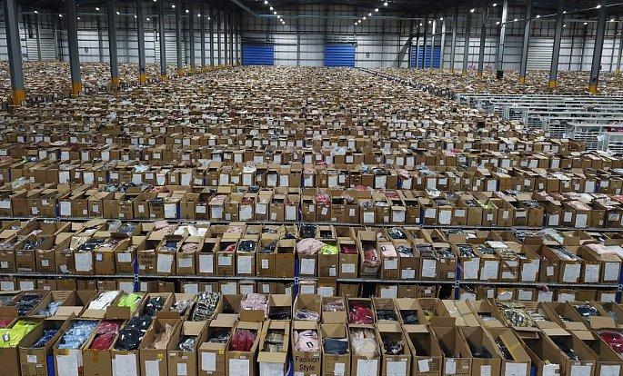 Rozlohu patnácti fotbalových hřišť má obří hangár, který v Sheffieldu slouží jako předvánoční sklad britské oděvní značky. Díky vyřešení systému pro třídění balíků podle operátora a typu služby zvládá online prodejce vyhovět kupujícím z celého světa.