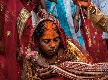 Patnáctiletá ádivásíská nevěsta Rání Kumáríová má hlavu pomazanou pastou zkurkumy, která ji má očistit apřinést štěstí. VDžhárkhandu jsou vosmnácti letech vdané téměř dvě třetiny dívek.