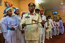 Vojáci v Kristových službách, muži a chlapci z nigerijské Církve cherubínů a serafínů v Hackney, jdou odevzdat své příspěvky církvi.