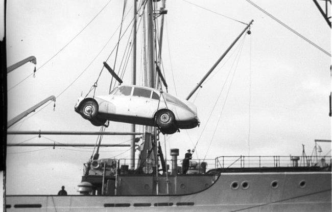 Nakládání expediční Tatry 87 na palubu holandského parníku Boissevain před plavbou do Jižní Ameriky. Vůz i jeho posádka mají v tuto chvíli za sebou historicky první přejezd Afriky od severu k jihu sériovým vozem.