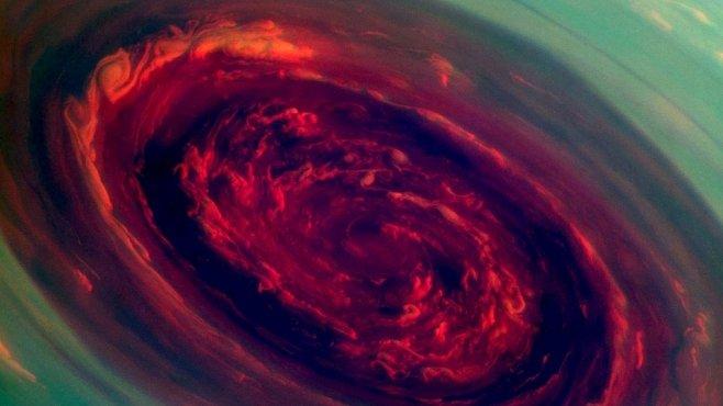 Oko bouře nad Saturnem má 2000 kilometrů v průměru