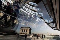 Britský architekt Norman Foster rekonstruoval v90. letech minulého století budovu Říšského sněmu, Reichstagu, která pocházela zroku 1894 abyla zničena během 2. světové války. Doplnil ji oústřední skleněnou kupoli, jež symbolizuje průhlednost.