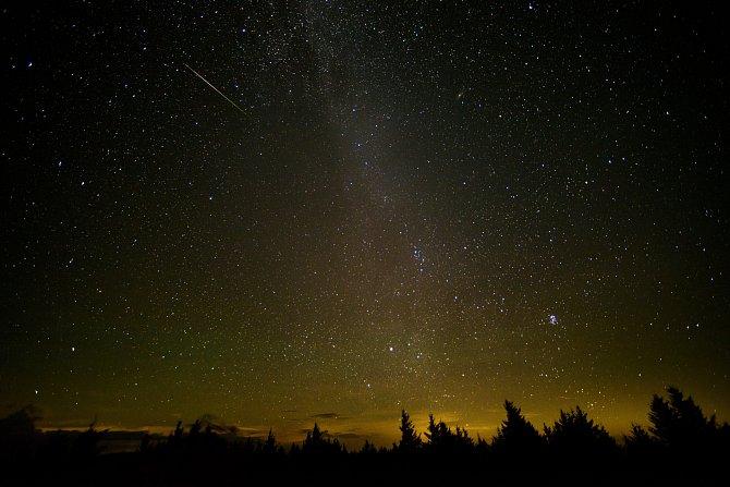 Perseidy se v Západní Virginii objevují každý rok v srpnu, když se Země pohybuje v dráze staré komety, která zde roj meteoritů zanechala.
