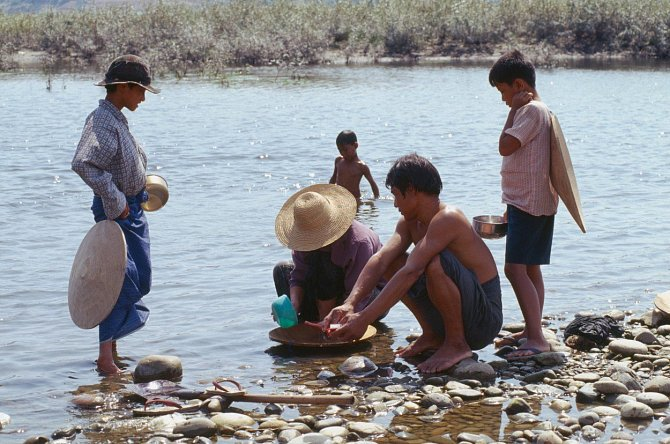 Stejně jako mladí muži u řeky Iravádí v Barmě stále se najde spoustu lidí, kteří se snaží zlato získat rýžováním.