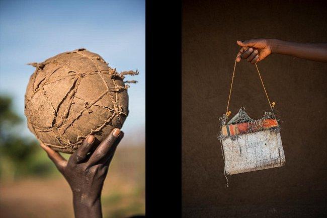 Fotbalový míč (vlevo) zhotovený z různých zbytků zavinutých do hadrů. Osmiletý Alex Lomore ukazuje školní tašku (vpravo), kterou vyrobila jeho matka.
