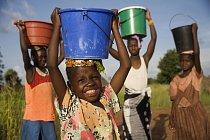 Senegalské dívky nosí vodu ze vzdálené studny.
