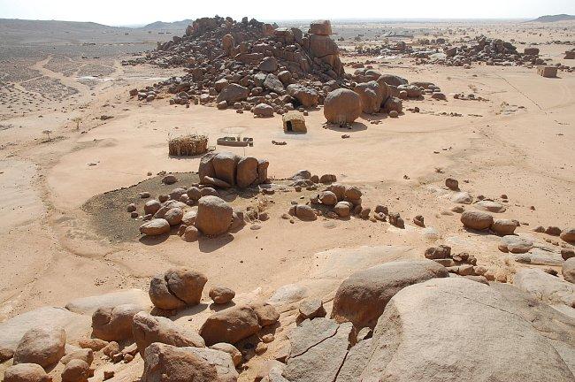 """Sídliště současných nomádů v oblasti """"Skalních měst"""", pohoří Sabaloka, výzkumy ČEgÚ."""