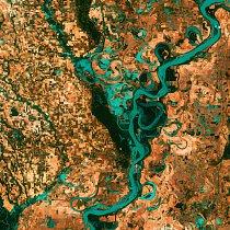 3. místo: Meandry Mississippi (28. května 2003)   Meandry řeky Mississippi jsou víc než malebné. Ukazují, jak úžasně může vypadat příroda ve spojení s civilizací. Mezi říčními rameny se objevují občas