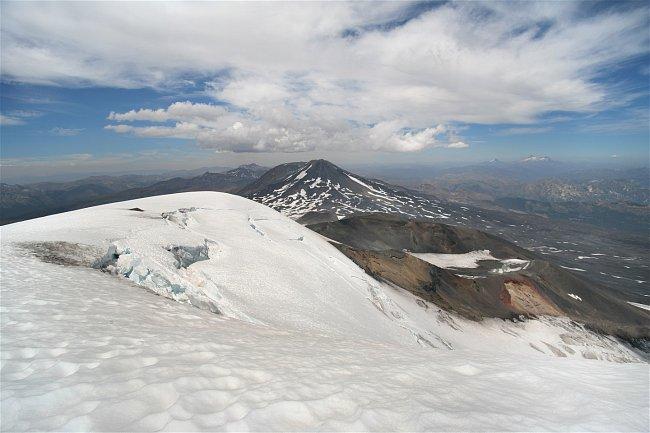 Pohled z vrcholu stál za to: v dálce vulkány Antuco a Sierra Velluda, trochu blíž Volcán de Chillán.