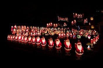 Sbírka klasických vánočních figurek firmy Empire Plastics osvětluje dvorek majitele domu v texaském University Parku u Dallasu v roce 2016.