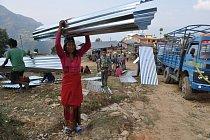 Tým Člověka v tísni distribuoval lidem v nepálské vesnici Simthali materiál na opravu a stavbu obydlí.